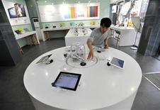 """<p>Foto de archivo de un empleado de la firma Apple ordenando un iPad en una consecionaria en Kunming, China, feb 15 2012. La empresa asiática que trata de impedir que Apple use el nombre iPad ha iniciado ahora una ofensiva contra el gigante de la electrónica de consumo en su propia hogar, al presentar una demanda en California que acusa al fabricante del iPhone de engañarlo cuando le compró la marca """"iPad"""". REUTERS/Wong Campion</p>"""