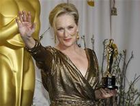 """<p>La actriz Meryl Streep posa junto a su premio Oscar a la Mejor Actriz por el filme """"The Iron Lady"""", en Hollywood, feb 26 2012. Meryl Streep, quien tiene el récord con 17 nominaciones para el galardón más codiciado de la industria del cine, ganó el domingo el Oscar a Mejor Actriz por su interpretación de la ex primera ministra británica Margaret Thatcher en el filme """"The Iron Lady"""". REUTERS/ Mike Blake</p>"""