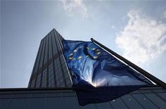 <p>Le siège de la BCE à Francfort. Les valeurs bancaires seront dans le viseur du marché mercredi du fait de la deuxième opération de refinancement à trois ans de la Banque centrale européenne, qui devrait déboucher sur un total d'emprunt d'environ 500 milliards d'euros. /Photo d'archives/REUTERS/Ralph Orlowski</p>