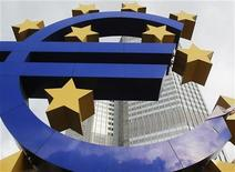 <p>Les banques de la zone euro ont emprunté 529,5 milliards d'euros auprès de la Banque centrale européenne à l'occasion de sa deuxième opération de refinancement à long terme (LTRO) destinée à juguler les tensions sur le financement du secteur, entravé par la crise de la dette. /Photo prise le 24 janvier 2012/REUTERS/Lmar Niazman</p>