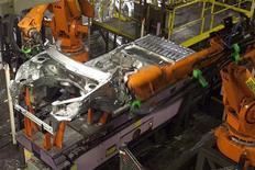 <p>Chaïne d'assemblage Peugeot, à Mulhouse. Les discussions entre PSA Peugeot Citroën et General Motors peuvent encore faire long feu car le constructeur américain a des doutes sur le projet, a-t-on appris de source proche des négociations. /Photo d'archives/REUTERS/Jacky Naegelen</p>