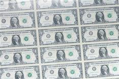 <p>La croissance du produit intérieur brut (PIB) américain a été revue en hausse au quatrième trimestre à 3,0% en rythme annuel, son taux le plus élevé depuis le deuxième trimestre 2010, d'après la deuxième estimation publiée mercredi par le département du Commerce. Les économistes interrogés par Reuters s'attendaient à une croissance de 2,8%, comme en première estimation. /Photo d'archives/REUTERS</p>