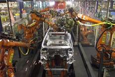 <p>Chaîne de production automatisée de Peugeot. L'alliance entre PSA Peugeot Citroën et l'américain General Motors sera annoncée ce mercredi après la clôture de la Bourse de Paris, ont indiqué deux sources proches du dossier./Photo d'archives/REUTERS/Jacky Naegelen</p>