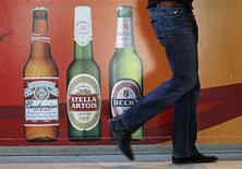 <p>Anheuser-Busch InBev, premier brasseur mondial, a annoncé jeudi un croissance de son bénéfice supérieure aux attentes au quatrième trimestre et a dit s'attendre à ce que les consommateurs accroissent leurs achats en 2012 sur ses deux principaux marchés, les Etats-Unis et le Brésil. /Photo d'archives/REUTERS/Yves Herman</p>
