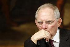 <p>Selon le ministre allemand des Finances, Wolfgang Schäuble, affirmer que la zone euro a résolu la crise de la dette souveraine grecque parce que l'offre d'échange de titres soumise aux créanciers privés d'Athènes a été un succès serait une erreur. /Photo prise le 7 mars 2012/REUTERS/Tony Gentile</p>