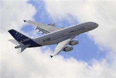 <p>Il faudra à Airbus des années pour surmonter les problèmes provoqués par l'apparition de fissures sur les ailes de son très gros porteur A380, a déclaré Tom Williams, vice-président exécutif des programmes du groupe, au magazine allemand Der Spiegel. /Photo prise le 24 juin 2011/REUTERS/Gonzalo Fuentes</p>