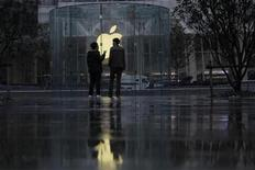 <p>Le titre Apple figure au rang des valeurs à suivre ce lundi à Wall Street, alors que le groupe à la pomme doit tenir dans la journée une téléconférence sur l'usage qu'il entend faire de ses 98 milliards de dollars de liquidités et pourrait à cette occasion annoncer la reprise du paiement d'un dividende, après 17 ans d'interruption. /Photo prise le 22 février 2012/REUTERS/Aly Song</p>