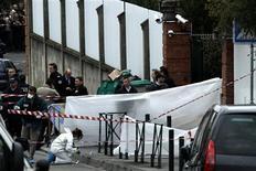 <p>Devant l'école juive d'Ozar Hatorah à Toulouse où un homme a ouvert le feu lundi matin, tuant un professeur et trois enfants, et blessant gravement un adolescent avant de s'enfuir sur un deux-roues. L'affaire fait suite aux meurtres de deux militaires jeudi dernier à Montauban, , et d'un autre soldat le 12 mars à Toulouse, commis avec la même arme de poing et par un homme casqué qui a aussi pris la fuite en scooter. /Photo prise le 19 mars 2012/REUTERS/Jean-Philippe Arles</p>