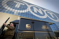 <p>United Parcel Services (UPS) a accepté de débourser 5,16 milliards d'euros pour racheter son concurrent néerlandais TNT Express, une opération qui permettra au géant américain de la messagerie et de la logistique de se renforcer en Europe. /Photo prise le 19 mars 2012/REUTERS/Robin van Lonkhuijsen/United Photos</p>