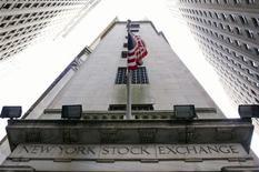 <p>Wall Street a ouvert lundi sur une note stable, les investisseurs jouant la carte de la prudence après les plus hauts de quatre ans atteints ces derniers temps par les indices new-yorkais. Dans les premiers échanges, le Dow Jones abandonnait 0,14%, le S&P-500 perdait 0,06% et le Nasdaq se repliait de 0,01%. /Photo d'archives/REUTERS/Lucas Jackson</p>