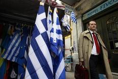 <p>Dans une rue d'Athènes. Le prix définitif fixé lundi à l'issue des enchères destinées à arrêter le montant à verser aux détenteurs de CDS souscrits sur la dette grecque montre que les investisseurs restent pessimistes quant à l'avenir financier de la Grèce après la restructuration de sa dette et deux plans d'aide. /Photo prise le 21 février 2012/REUTERS/John Kolesidis</p>