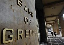 <p>Selon la banque centrale grecque, l'activité économique en Grèce va se contracter plus que prévu cette année mais elle pourrait entamer un rebond dès l'an prochain. /Photo prise le 7 novembre 2011/REUTERS/John Kolesidis</p>