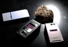 <p>Alors que les Etats-Unis, le Japon et l'Union européenne ont décidé de saisir l'Organisation mondiale du commerce (OMC) sur la limitation par la Chine de ses exportations de terres rares (des métaux aux propriétés électromagnétiques utilisés notamment dans les téléphones portables), des experts estiment que Pékin pourrait lancer des représailles contre la triade. /Photo d'archives/REUTERS/Yuriko Nakao</p>