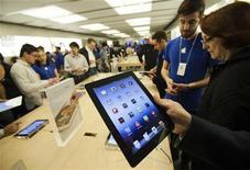 <p>Dans un Apple Store à Toronto. Apple a vendu trois millions d'exemplaires de son nouvel iPad depuis la commercialisation de la dernière version de la tablette vendredi. /Photo prise le 16 mars 2012/REUTERS/Mark Blinch</p>