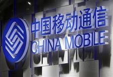 <p>Foto de archivo del logo de la firma China Mobile en la feria de telecomunicaciones ITU en Ginebra, oct 24 2011. El número total de suscriptores de telefonía móvil en China, el mercado más grande del mundo en ese segmento, creció en febrero un 1,23 por ciento hasta los 999,7 millones, según datos proporcionados por las tres empresas de telecomunicaciones del país. REUTERS/Denis Balibouse</p>