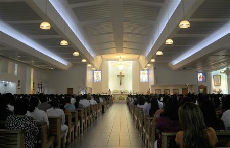 Devotees attend Easter mass at St. Mary's Catholic Church in Dubai, April 4, 2010. REUTERS/Jumana ElHeloueh