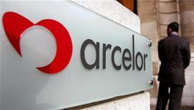 <p>ArcelorMittal a vendu 134,3 millions d'actions et un nombre équivalent de bons de souscription d'Erdemir, le premier sidérurgiste turc, une opération qui dégage un produit de 478,2 millions de livres turques (200 millions d'euros environ). /Photo d'archives/REUTERS/François Lenoir</p>