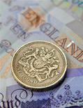 <p>L'économie britannique s'est contractée de façon plus marquée que prévue au cours du quatrième trimestre 2011 en raison d'une baisse d'activité dans le secteur tertiaire, selon les chiffres publiés par l'Office national de la statistique (ONS). Le produit intérieur brut (PIB) britannique a baissé de 0,3% entre octobre et décembre, par rapport au trimestre précédent. /Photo d'archives/REUTERS/Toby Melville</p>