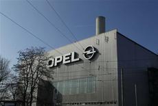 <p>Opel, la filiale européenne déficitaire de General Motors, entend poursuivre le dialogue avec les représentants du personnel concernant sa restructuration, aucune décision n'ayant été prise sur le sujet par son conseil de surveillance réuni mercredi. /Photo prise le 23 mars 2012/REUTERS/Ina Fassbender</p>