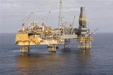 <p>Total examine toujours toutes les possibilités pour colmater la fuite de gaz sur sa plate-forme d'Elgin, en mer du Nord, selon un porte-parole du groupe pétrolier français. Cette fuite survenue sur le gisement, situé à environ 240 km au large de la ville écossaise d'Aberdeen, n'est pas jugée par les experts aussi grave que l'explosion et le naufrage de la plate-forme Deepwater Horizon de BP, dans le golfe du Mexique en 2010. /Photo transmise à Reuters le 28 mars 2012/REUTERS/Total</p>