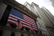 <p>Wall Street a ouvert en légère baisse jeudi, sous le coup d'indicateurs macro-économiques qui ont légèrement déçu des investisseurs qui en viennent à nouveau à s'interroger sur la vigueur de la croissance américaine. Dans les premiers échanges, le Dow Jones cédait 0,44%, le S&P-500 reculait de 0,57% et le Nasdaq se repliait de 0,51%. /Photo d'archives/REUTERS/Eric Thayer</p>