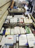 <p>Le marché français des médicaments remboursables entrera pour la première fois en récession en 2012, affecté par les mesures d'économies prises par le gouvernement, selon le cabinet IMS Health qui anticipe une baisse de 2% en valeur. /Photo d'archives/REUTERS/Eric Gaillard</p>