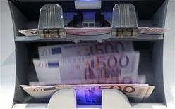 <p>Le montant emprunté par les banques portugaises à la Banque centrale européenne a progressé de 18% en mars par rapport à février pour atteindre la somme record de 56,3 milliards d'euros. /Photo d'archives/REUTERS/Pascal Lauener</p>