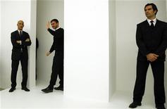 <p>Le styliste belge Raf Simons (au centre) a été nommé directeur artistique chez Christian Dior, succédant à John Galliano qui avait été licencié après avoir tenu des propos à caractère antisémite, annonce lundi la maison de couture dans un communiqué. /Photo prise le 25 février 2012/REUTERS/Alessandro Garofalo</p>