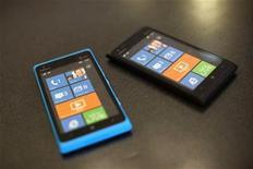 <p>Le Lumia 900 de Nokia. Nokia n'a pas réussi à convaincre les opérateurs télécoms en Europe qu'il était capable de rivaliser avec l'iPhone d'Apple et Android de Google, ce qui prive le géant finlandais de précieux alliés dans son combat pour reprendre les commandes d'un marché de la téléphonie mobile qu'il a longtemps dominé. /Photo prise le 11 avril 2012/REUTERS/Robert Galbraith</p>