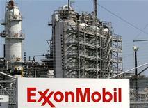 <p>Le groupe pétrolier américain ExxonMobil et son concurrent russe Rosneft ont dévoilé mercredi un gigantesque partenariat dans l'exploration marine qui pourrait déboucher sur 500 milliards de dollars (380 milliards d'euros) d'investissements dans le développement des réserves russes en Arctique et dans la mer Noire. /Photo d'archives/REUTERS/Jessica Rinaldi</p>