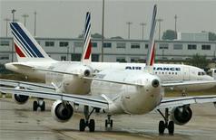 <p>Le titre Air France-KLM figure au rang des valeurs à suivre ce jeudi à la Bourse de Paris, alors que le plan de redressement de la compagnie aérienne est menacé par le niveau actuel des cours du pétrole, selon latribune.fr. /Photo d'archives/REUTERS/Philippe Wojazer</p>