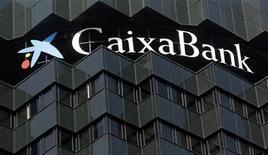 <p>CaixaBank a vu son bénéfice net chuter de 84% au premier trimestre (à 48 millions d'euros contre 302 millions au premier trimestre 2011), la banque espagnole ayant dû passer de lourdes provisions sur des actifs immobiliers douteux afin de se conformer aux nouvelles exigences nationales en matière de fonds propres. /Photo prise le 27 mars 2012/REUTERS/Albert Gea</p>