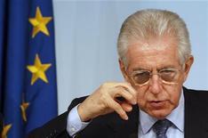 """<p>Le président du Conseil italien Mario Monti. Le nouveau programme budgétaire de l'Italie est cohérent avec l'objectif de réaliser un excédent primaire """"important"""" et de ramener le budget à l'équilibre à moyen terme, écrit la Commission européenne dans un document interne obtenu par Reuters. /Photo prise le 18 avril 2012/REUTERS/Tony Gentile</p>"""