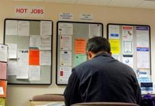 <p>Les inscriptions hebdomadaires au chômage ont diminué de 2.000 la semaine dernière aux Etats-Unis, soit moins fortement que prévu, selon les chiffres publiés jeudi par le département du Travail. /Photo d'archives/REUTERS</p>