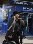 <p>Le finlandais Nokia a annoncé jeudi de nouvelles réductions de coûts substantielles et le départ de son directeur des ventes après un premier trimestre marqué par une perte légèrement plus lourde que prévu. /Photo prise le 6 mars 2012/REUTERS/Zoubeir Souissi</p>