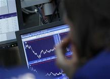 """<p>La semaine prochaine risque d'être encore agitée pour l'indice S&P-500, la question étant de savoir s'il va s'orienter définitivement suivant les voeux des opérateurs """"haussiers"""" (bulls) où si les """"baissiers"""" (bears) auront gain de cause. L'indice S&P-500 est parvenu à terminer la semaine au-dessus de la barrière psychologique des 1.400 points mais il est en recul de 0,4% sur le mois, alors qu'il ne reste plus qu'un jour de Bourse. /Photo prise le 10 avril 2012/REUTERS/Brendan McDermid</p>"""