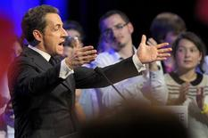 """<p>Nicolas Sarkozy et François Fillon ont accusé dimanche la gauche d'user de """"boules puantes"""" pour déstabiliser le camp présidentiel avant le second tour de l'élection présidentielle, référence à des propos accusateurs de Dominique Strauss-Kahn et à un article de Mediapart sur un soutien financier supposé de la Libye au président sortant en 2007. /Photo prise le 29 avril 2012/REUTERS/Philippe Wojazer</p>"""