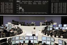 <p>Les Bourses européennes ont ouvert en baisse mardi, après avoir terminé en hausse la veille grâce aux projets de restructuration de l'Espagne en faveur de son secteur bancaire, l'instabilité politique en Grèce ravivant les incertitudes sur l'avenir de la zone euro. A 9h12, le CAC 40 cède 0,99%. La Bourse de Londres est pratiquement stable (-0,07%), celle de Francfort perd 0,32% mais la place madrilène gagne 0,35%. L'indice paneuropéen Euro Stoxx 50 cède 0,45%. /Photo prise le 4 mai 2012/REUTERS/Remote/Marte Kiessling</p>