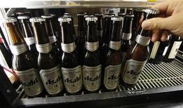 <p>Asahi Group rachète le groupe de boissons non-alcoolisées Calpis pour quelque 120 milliards de yens (1,15 milliard d'euros), ce qui représente la plus importante acquisition dans l'histoire du brasseur japonais, qui cherche à diversifier ses sources de revenus. /Photo d'archives/REUTERS/Toru Hanai</p>
