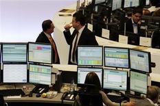 <p>Traders à la Bourse de Francfort. Les Bourses européennes creusaient leurs pertes à mi-séance, alors que Wall Street est attendue en baisse, sur fond d'inquiétudes croissantes concernant la situation politique et financière de la Grèce. À Paris, le CAC 40 chutait de 1,89%. À Francfort, le Dax reculait de 1,05%. La Bourse de Londres limitait son repli à 0,34% tandis que l'indice paneuropéen Eurostoxx 50 cédait 1,27%. /Photo prise le 8 mai 2012/REUTERS/Remote/Fabrizio Bensch</p>