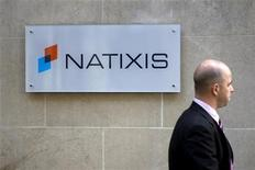 <p>La banque française Natixis a annoncé le retrait d'une plainte déposée contre MBIA portant sur la restructuration en 2009 d'obligations émises par l'assureur américain. /Photo d'archives/REUTERS/Charles Platiau</p>