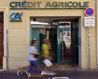 <p>Le secteur bancaire européen (-0,83% à la mi-séance) pâtit des craintes relatives à la zone euro mais aussi de la situation des banques espagnoles. Crédit agricole abandonne 1,47%, BNP Paribas 1,46% et Société générale 0,79%. /Photo d'archives/REUTERS/Jean-Paul Pélissier</p>
