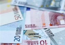 <p>Selon un responsable de la zone euro, le conseil du Fonds européen de stabilité financière (FESF) a décidé mercredi de faire un versement de 5,2 milliards d'euros à la Grèce, passant outre l'opposition de certains Etats membres de la zone euro. /Photo d'archives/REUTERS/Dado Ruvic</p>