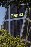 <p>Le groupe bancaire espagnol BFA - et son prêteur en difficulté Bankia - a demandé mercredi une nationalisation partielle afin d'assainir son bilan et d'améliorer sa solvabilité, mise à mal par des actifs immobiliers à risque. /Photo prise le 9 mai 2012/REUTERS/Paul Hanna</p>