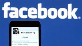 <p>Foto de archivo del perfil del fundador de Facebook Mark Zuckerberg visto desde un teléfono móvil en Lavigny, Suiza, mayo 16 2012. Los ricos van a hacerse más ricos cuando el viernes se produzca la mayor salida a bolsa de Silicon Valley. Facebook elevó esta semana el número de acciones que intenta sacar en un 25 por ciento, a 421 millones de acciones, y elevó el precio objetivo a 34-38 dólares por acción, mientras los inversores clamaban por una parte de la tercera mayor salida a bolsa de la historia de Estados Unidos. REUTERS/Valentin Flauraud</p>