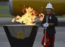 <p>La flamme des Jeux olympiques de Londres est arrivée vendredi sur le sol britannique à bord d'un avion peint à ses couleurs et spécialement affrété par la compagnie British Airways. Elle finira sa course à Londres où l'embrasement de la vasque olympique marquera le début des jeux, le 27 juillet. /Photo prise le 18 mai 2012/REUTERS/Toby Melville</p>