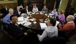 <p>Le président américain et les dirigeants des sept autres pays les plus industrialisés réunis à Camp David pour le sommet du G8. Barack Obama s'est engagé samedi à coopérer avec l'Europe sur un programme associant aux plans de réduction des déficits des mesures en faveur de la croissance, afin d'éviter que la crise dans la zone euro ne déstabilise l'économie mondiale. /Photo prise le 19 mai 2012/REUTERS/Larry Downing</p>