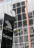 <p>Le titre Bankia chutait de plus de 20% lundi en matinée à la Bourse de Madrid, réagissant ainsi à la demande formulée vendredi par la quatrième banque espagnole à Madrid d'une aide de 19 milliards d'euros. /Photo prise le 26 mai 2012/REUTERS/Andrea Comas</p>