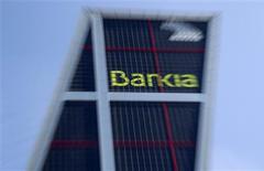 <p>Le rendement de la dette espagnole bondissait lundi, alors que plongeait Bankia, en réaction à l'annonce par Madrid d'un plan d'une aide financière à la quatrième banque espagnole qui pourrait plomber davantage les finances publiques du pays. Vers 14h00 GMT, le titre Bankia reculait encore de 13,06% à 1,365 euro. /Photo prise le 28 mai 2012/REUTERS/Sergio Perez</p>