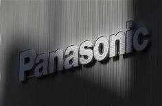 <p>Le groupe japonais d'électronique Panasonic va diminuer de près moitié le nombre des salariés qu'il emploie à son siège, via des mises en retraite anticipées et des transferts vers des filiales, selon le quotidien financier Nikkei. /Photo d'archives/REUTERS/Kim Kyung-Hoon</p>